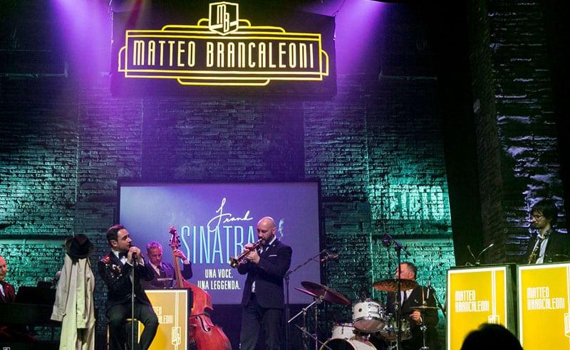 Il cantante Matteo Brancaleoni e il trombettista Stefano Cocon durante uno spettacolo