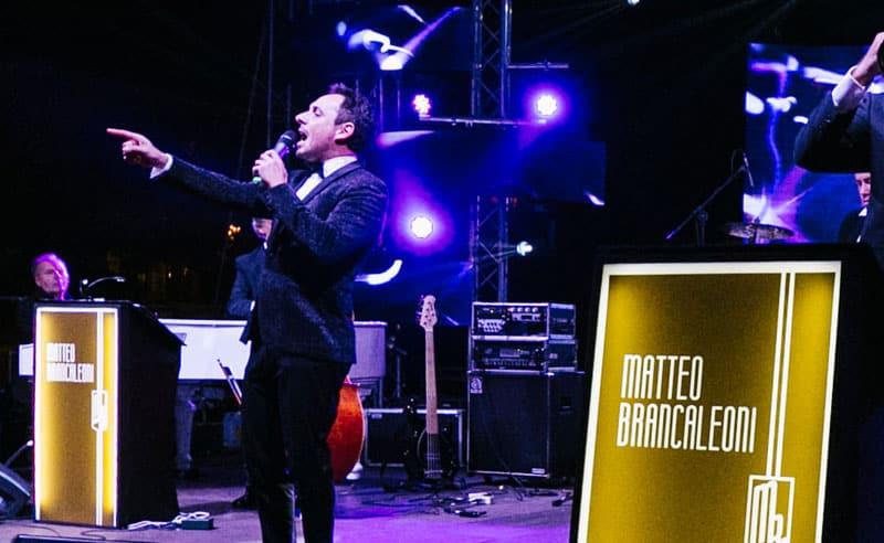 Il cantante italiano Matteo Brancaleoni durante un concerto mentre canta