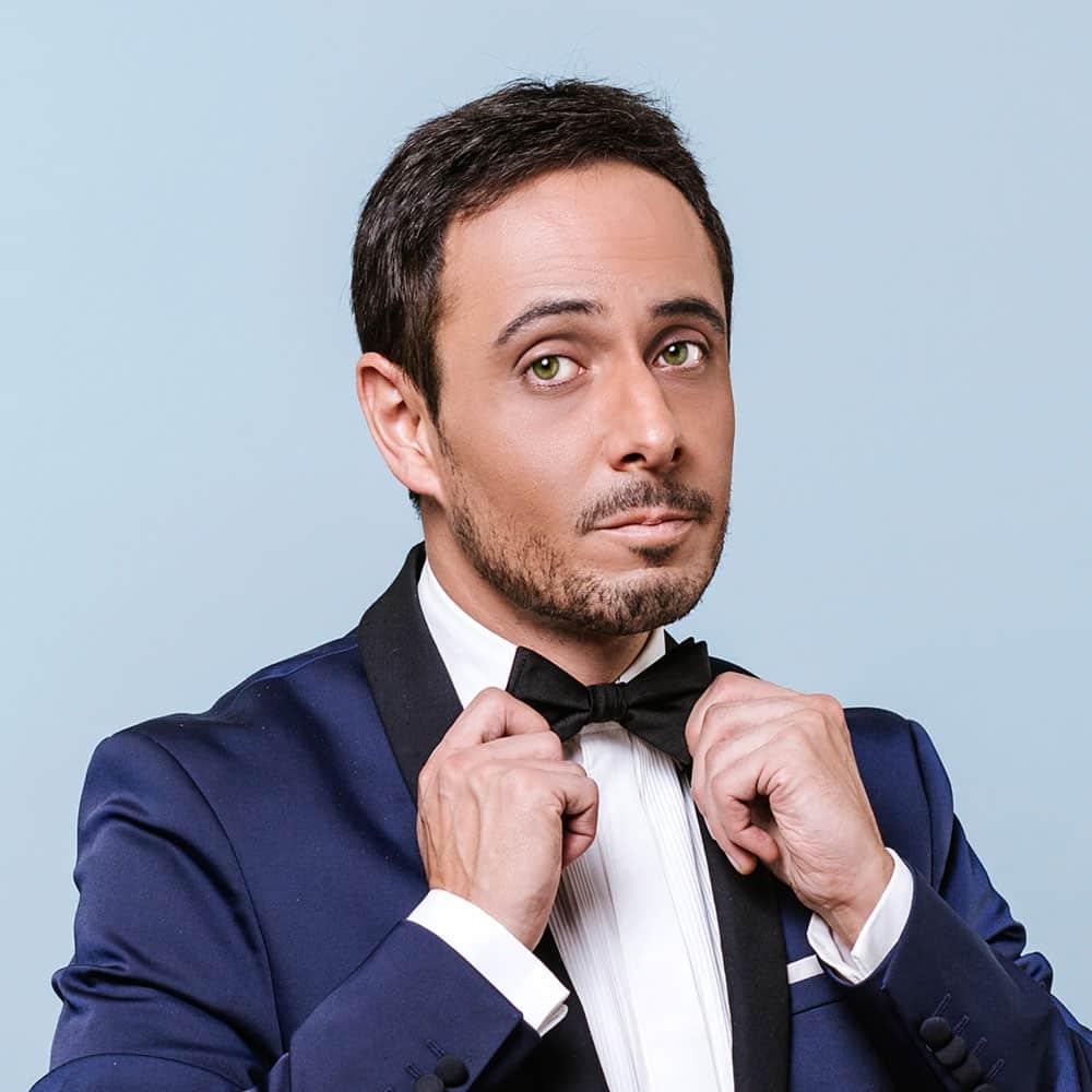 Il crooner Italiano Matteo Brancaleoni in smoking mentre si aggiusta il cravattino