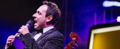 Matteo Brancaleoni mentre canta durante un suo live