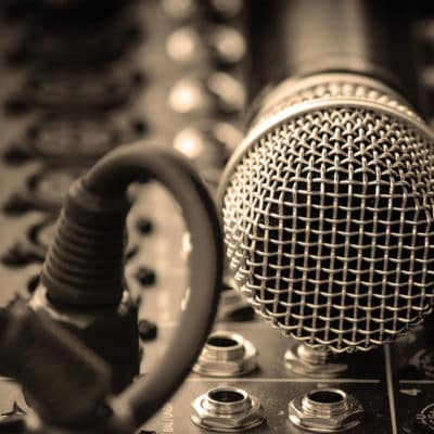 un microfono appoggiato sopra un mixer