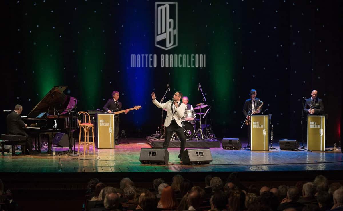 Il crooner Matteo Brancaleoni durante un concerto con la sua band