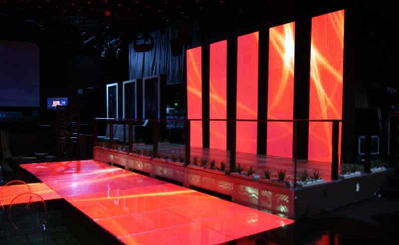 led wall arancioni su un palco per eventi privati