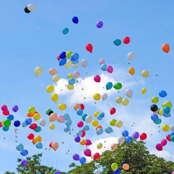 palloncini che volano nel cielo